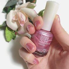 . . 母が韓国で買ってきたネイル。 . 全くどこのか不明やけども . 塗りやすさ、色持ちが最上級 ◎ . 他の色もほしいなあ 💅🌹 . . #ネイル #マニキュア #セルフ #セルフネイル #カラー #ピンク #薔薇 #韓国 #オルチャン #お洒落さんと繋がりたい  #nail #manicure #polish #pink #korea #korean #new #color #self #rose