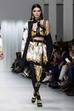 Here come the girls: Kendall Jenner, Gigi Hadid and her younger sister Bella stunned in eye-catching scarf print looks during the Versace show during Milan Fashion Week Kendall Jenner Gigi Hadid, Kendall And Kylie, Kendall Jenner Runway, Kris Jenner, Live Fashion, Fashion Show, Fashion Styles, Fashion News, Estilo Cholo