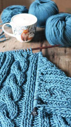 Kocyk dla maluszka wydziergany ręcznie z włóczki bawełnianej. Ciepły, nie gryzie i można go prać w pralce (nawet w 60 stopniach). Rozmiar ok. 70 x 90 cm po naciągnięciu nawet 100 x 120 cm #koc #kocyk #dziecięcy #dladziecka #dziergany #ręcznie #rękodzieło #nadrutach #bawełna #warkocze #knitted #baby #blanket #cotton #knitting #scandi #style #cablestitch #cable #stitch #handmade #madeinpoland #cosyblanket #dzianienawygonie #siedliskonawygonie