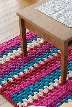 Tapete de crochê colorido em um barbante grosso
