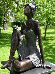 #fineart #bronzesculptures #bronze #artist #gifts #interiordesign #outdoorsculptures #modernart #sculpturesoncommand #bronzeimages #custommadeart #womeninmovement #woman #bronze #sitting #relaxing