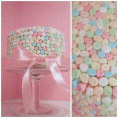 När jag var och handlade häromdan hittade jag en påse pastellfärgade minimarshmallows. Jag kunde inte motstå dem, vilket resulterade i den här bedårande lilla tårtan. Det var ett (något tidsödande)…