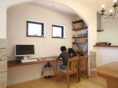 漆喰壁とパインのムク材、天然石の御影石が織り成すかわいらしいデザインのLDK。ダイニング横には、子どもの勉強スペースを設け、家事をしながらでも子ども達の様子が分かり安心。 Ideas Dormitorios, Kidsroom, Girls Bedroom, Home Office, Corner Desk, Dining, Space, Interior, Furniture