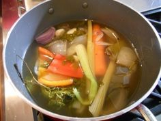 ¿Tienes muchas verduras a punto de dañarse? No las tires; ¡haz un caldo! Denisse Oller te enseña cómo. Thai Red Curry, Soup, Ethnic Recipes, Herbs, Vegetables, Cooking, Recipes, Soups