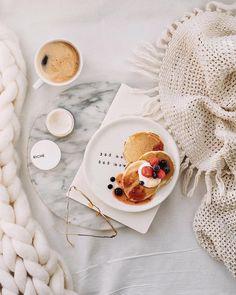 Вот бы мне сейчас так! Завтрак/обед/ужин с свежесваренным кофе ☕️в постель, с глиняной масочкой на лице и солнышком☀️ в окне.⠀ Почему - то… Flat Lay Photography, Food Photography, Coffee Photography, Foto Still, Brunch, Good Morning Coffee, Fruit Drinks, Breakfast In Bed, Aesthetic Food