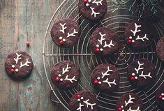 Roztomilí vánoční sobíci potěší hlavně vaše ratolesti. Originální cukroví vytvoříte z kakaových koleček a nezbytného zdobení. Cherry, Cookies, Fruit, Desserts, Food, Crack Crackers, Tailgate Desserts, Deserts, Eten