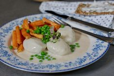 Brokkolisalat - magisk tilbehør til grillmaten Norwegian Food, Norwegian Recipes, Soup, Eggs, Meat, Chicken, Breakfast, Ethnic Recipes, Hands