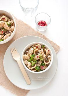 Un piatto di orecchiette con broccoli, saltate in un delizioso sugo di acciughe e zafferano e con il tocco hot del peperoncino.