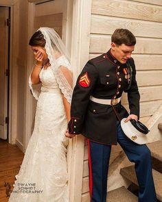 Marinier Caleb bidt voor zijn vrouw, vlak voordat ze elkaar in de kerk het jawoord zullen geven.