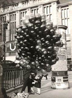 A young Berlin girl about to get carried away by a lot of balloons! Photo by Friedrich Seidenstücker Black N White, Black White Photos, Black And White Photography, Vintage Photographs, Vintage Photos, Street Photography, Art Photography, Berlin Street, Love Balloon