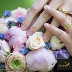 Bruidsboeket in pasteltinten van Fleurop bloemist Bloemerie 88 te Oss. In het bruidsboeket zijn pioenrozen en rozen verwerkt. Een perfect plaatje! Rose, Flowers, Plants, Pink, Plant, Roses, Royal Icing Flowers, Flower, Florals