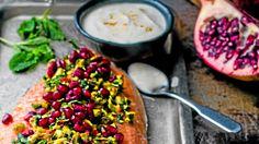 Ainekset Lohi 2 tl suolaa 1 rkl fenkolinsiemeniä 2 tl jauhettua korianteria 1 tl jauhettua kardemummaa 600 g lohta oliiviöljyä Tahini-jogurttikastike 2 dl turkk