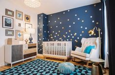 belle-idée-de-la-pépinière-avec-des-touches-daccent-sur-le-mur-moderne-aussi-magnifique-chaise-et-lampe-design.jpg (600×395)
