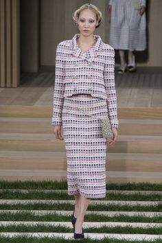 See all the Collection photos from Chanel Spring/Summer 2016 Couture now on British Vogue Style Couture, Couture Fashion, Runway Fashion, Spring Fashion, Chanel Fashion, Love Fashion, Fashion News, Fashion Show, Chanel Spring 2016