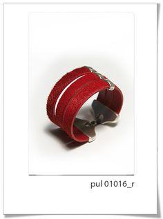 Pulsera Pul01016R  Preciosa y elegante pulsera en tres vueltas, realizada en piel de potro, en color rojo muy intenso.      Lleva un pasador triple de Zamac, y cierre seguro.     Recomendamos este modelo por su calidad, su sencillez y su elegancia.