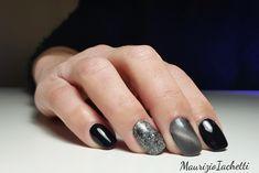 Idee per una nail art rapida ma molto di effetto su unghie corte squadrate 👌 nero lucido 👌 glitter oro flash  👌 tiger eye grigio Red Nails, Nail Art, Mamma, Beauty, Red Toenails, Red Nail, Nail Arts, Beauty Illustration, Nail Art Designs