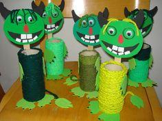 ARGE Kleinschulen in Vorarlberg: > Textiles Werken Winter Art Projects, Projects For Kids, Diy For Kids, Crafts For Kids, Textiles, Tiki Faces, Halloween Treats For Kids, Feather Art, Elements Of Art