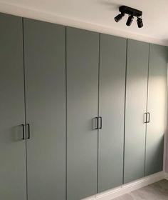 Een kastenwand maken met PAX Ikea. Dat is wat Renata heeft gedaan. Wil Je zien hoe anderen een inbouwkast hebben gemaakt? Neem dan een kijkje: Inbouwkast met kasten van Ikea - NIEUW HUIS. INFO