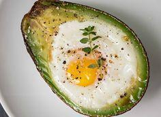 Quebre um ovo para cada metade de abacate. Tempere com sal e pimenta a gosto e leve ao forno em temperatura média-alta por 20 minutos. Sirva...