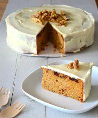 Pauline van Uit Pauline's Keuken maakte voor ons Carrot Cake, één van de meest geliefde taarten op dit moment. En wij snappen wel waarom. De taart is gevuld met gezonde wortelen, maar hier smaakt het niet naar, de smaakt lijkt meer op kruidcake. De cream cheese frosting die er op zit is echt onmisbaar, dit maakt de taart helemaal af.