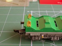 Foto 5. Mejora bobineros. Escala H0.  Proceso de detallado de los vagones portabobinas.