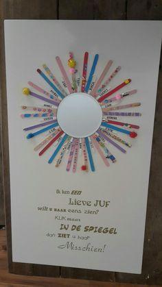 Gezamenlijk cadeau voor de juf aan het einde van het schooljaar. Alle kinderen versieren/schilderen ijsstokjes en zetten hun naam erop. Deze rond een spiegel geplakt, leuke tekst eronder. Super leuk cadeau!