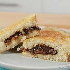 French Onion Soup Grilled CheeseThis decadent grilled cheese is stuffed with sweet caramelized onions and melty Swiss cheese. Grilled Sandwich Recipe, Grilled Chicken Sandwiches, Chicken Sandwich Recipes, Soup And Sandwich, Sandwich Board, French Onion Soup Grilled Cheese, Quick Summer Meals, Bruschetta Toppings, Sammy