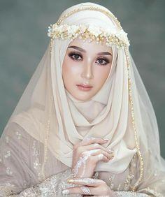 Reposted from ( - 𝙷𝚊𝚟𝚎 𝚊 𝚜𝚙𝚎𝚌𝚒𝚊𝚕 𝚖𝚊𝚔𝚎𝚞𝚙 𝚏𝚘𝚛 𝚜𝚙𝚎𝚌𝚒𝚊𝚕 𝚘𝚌𝚌𝚊𝚜𝚒𝚘𝚗𝚜? 𝙻𝚎𝚝𝚜 𝚜𝚑𝚊𝚛𝚎 𝚢𝚘𝚞𝚛 𝚋𝚎𝚊𝚞𝚝𝚒𝚏𝚞𝚕 𝚖𝚊𝚔𝚎𝚞𝚙 𝚑𝚎𝚛𝚎. Muslimah Wedding Dress, Muslim Wedding Dresses, Muslim Brides, Wedding Hijab, Wedding Veils, Wedding Party Dresses, Bridal Makeup Looks, Wedding Day Makeup, Wedding Beauty