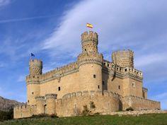Manzanares el Real - Die #Burg #Manzanares el Real gilt als eines der schönsten Burgschlösser ihrer Art.  Das Gebäude hat einen quadratischen Grundriss mit runden Türmen an den Ecken und einem vieleckigen Bergfried. Sie befindet sich in der spanischen Gemeinde Manzanares el Real rund 32 Kilometer nördlich von #Madrid.