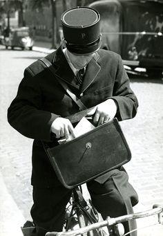 1955 - Facteur à vélo pendant sa tournée parisienne © coll. privée, DR.