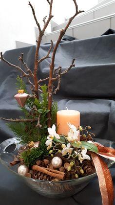 Rustic Farmhouse Inspired DIY Christmas Decoration Ideas – For Creative Juice Christmas Arrangements, Christmas Candles, Outdoor Christmas Decorations, Rustic Christmas, Christmas Themes, Floral Arrangements, Christmas Diy, Christmas Wreaths, Christmas Ornaments