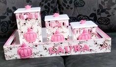 Apaixonada por esse lindo kit da princesa Laura 👸 💓 Bandeja e trio de potes divinos para decorar e facilitar o dia-a-dia da mamãe! Feito com muito carinho aqui no Ateliê - De Mãe, Pra Mãe!!! Mais informações na nossa pagina no Facebook.com/demaepramae2016