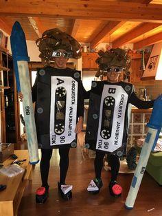 disfraz de cassette costumes in 2019 costumes purim costumes Purim Costumes, Homemade Costumes, Homemade Halloween, Family Costumes, Cute Costumes, Diy Halloween Costumes, Halloween Cosplay, Adult Costumes, Halloween Crafts