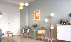 L'accueil du salon avec une décoration chaleureuse, lumineuse et joyeuse de l'architecte d'intérieur Amandine Buisson. Fauteuils en rotin, affiche Nogushi, lampe de studioJV. www.yuzuka.fr
