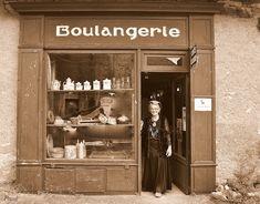 En passant devant cette petite boulangerie 1900 on pouvait sentir l'odeur du pain en train de cuire dans le fournil ;  Fournil qui brûlait à l'ancienne avec des fagots de bois séchés;Dans cette boulangerie l'étal est à l'ancienne ,pain rangé dans de vieux étals,gâteaux, brioches, simplement posés sur le comptoir