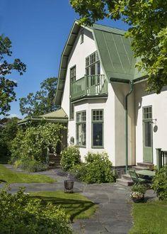 I en villastad strax utanför Stockholm ligger denna jugendpärla som Swedish Cottage, Swedish House, This Old House, My House, Scandinavian Home, Nordic Home, House Goals, Old Houses, My Dream Home