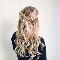 Half up half down wedding hairstyle #weddinghair #hairstyles #bridalhair #braidcrown