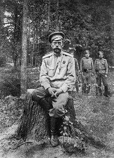 Nicolás II prisionero en Tsárskoye Seló (al fondo sus guardianes).