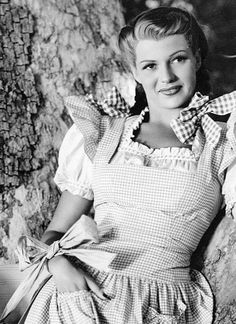So much vintage farm girl sweetness going on here! Rita Hayworth--I wish this was in color. Gingham jumper over probably white square neck peasant top. Golden Age Of Hollywood, Vintage Hollywood, Hollywood Glamour, Classic Hollywood, Rita Hayworth, 1940s Fashion, Vintage Fashion, Sainte Rita, Divas