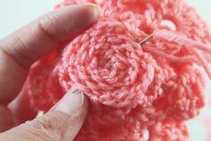 Crochet Rose Pattern Tutorial 20 by Anne Butera Christmas Crochet Patterns, Crochet Flower Patterns, Crochet Flowers, Rose Patterns, Felt Flowers, Crochet Ideas, Filet Crochet, Crochet Motif, Crochet Stitches