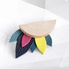 Broche en plume de cuir et bois Knock-on wood