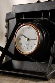 Vintage camera clock. I love such articles, they have character, thought it is difficult to explain this to the hubby. Vintage is not really his style!