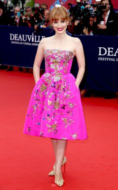 Jessica Chastain looks gorgeous in a hot pink strapless Oscar de la Renta Resort 2015 collection dress.