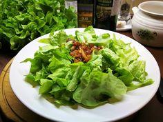 Tölgylevelű saláta balzsamecetes karamellizált hagymával - AntalVali Lettuce, Vegetables, Food, Essen, Vegetable Recipes, Meals, Yemek, Salads, Veggies