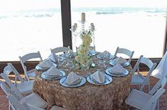 Centro de mesa, color champange, velas, flores, eventos junto al mar
