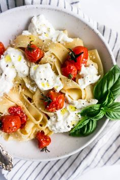 pasta with burrata and burst cherry tomatoes. Such an easy dinner, it basically requires no cooking! Gourmet Recipes, Vegetarian Recipes, Dinner Recipes, Cooking Recipes, Healthy Recipes, Cooking Pasta, Milk Recipes, Cooking Tips, Cherry Tomato Pasta