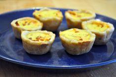 Mini quiche met salami: 6plakjes bladerdeeg, 100 Gr. Salami,100gr geraspte kaas, 125 Gr. Crème fraiche, 1 ei, 2 el melk, zout, 2 uien, beetje olijfolie. Oven voorverwarmen op 200gr C Uitjes fruiten Melk,crème fraiche en ei klutsen. Daarna de kaas erdoor heen mengen. Muffinblik invetten met de olie, en bekleden met bladerdeeg (1/4 stukje per hapje) salami in stukjes samen de ui op de bodem leggen. Het kaasmengsel 1a 2 theelepels erbovenop scheppen. 20 à 25 minuten in de oven op 200 graden.