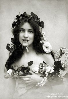 """Photograph of American model and actress Evelyn Nesbit by Otto Sarony Image and text courtesy """"Theatrical Cabinet Photographs of Women (TCS Harvard Theatre Collection, Harvard. Evelyn Nesbit, Vintage Gypsy, Vintage Beauty, Belle Epoque, Vintage Pictures, Vintage Images, La Fille Gibson, Old Photography, Gibson Girl"""
