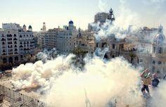 En Valencia Durante diez minutos las paredes y ventanas de los edificios que circundan la plaza del Ayuntamiento vibran estruendosamente con las explosiones de la 'mascleta' de mediodía