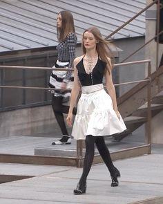 Spring Summer 2020 Ready-to-Wear Collection. Runway Show by Chanel. White Silk, Black Silk, Black Satin, Classy Womens Dresses, Curvy Women Fashion, Womens Fashion, Spring Outfits Women, Metal Belt, Satin Skirt